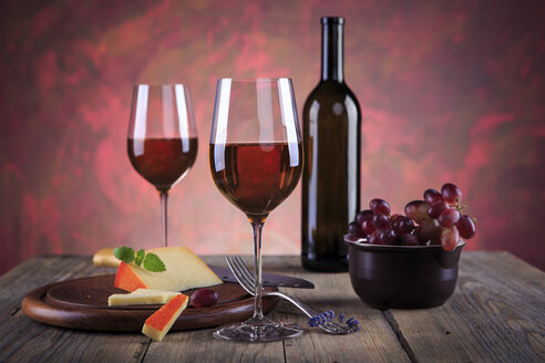 Still life with wine bottle, wine glasses, cheese and grapes - VTF000425