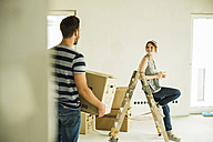 Young couple moving house - UUF004190