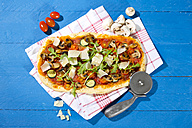 Homemade pizza with champignons, rocket, zucchini, tomatoes and parmesan - MAEF010449