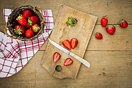 Sliced and whole strawberries - LVF003354