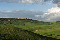 Italy, Tuscany, Val d'Orcia, Pienza in the background of rolling landscape - MKFF000198