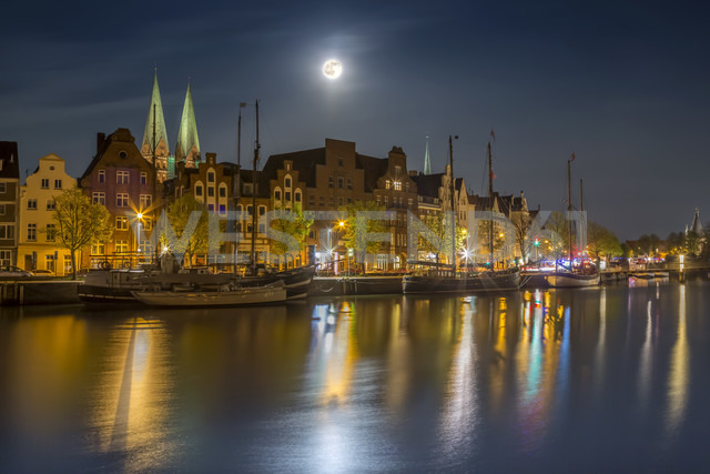 Germany, Luebeck, historic buildings at the Trave river at night - NKF000244
