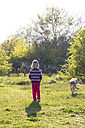 Little girl walking the dog - JFEF000667