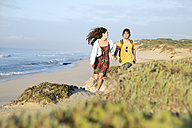 South Africa, couple running at the coast - TOYF000637