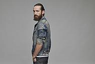 Portrait of man with full beard wearing jeans jacket - RH000889