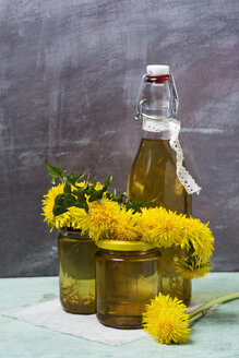 Dandelion syrup in bottle and honey in glasses - MYF000990