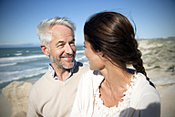 South Africa, happy couple on the beach - TOYF001012