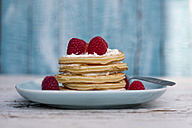 Pancakes with strawberries and cream on plate - SARF001825