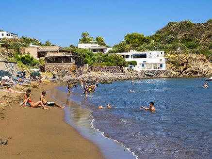 Sicily, Aeolian Islands, Panarea, tourists on the beach - AM004060