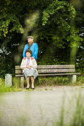 Senior couple looking at distance - UUF004546