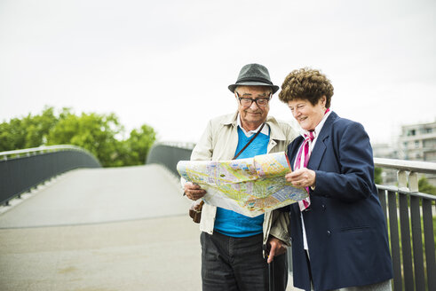 Senior couple looking at a map - UUF004550