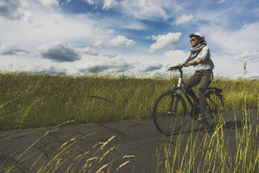 Woman riding bicycle in nature - UUF004579