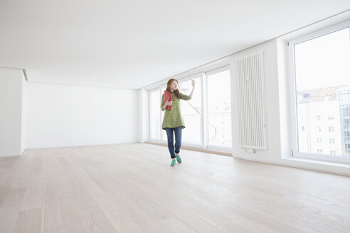 Young house-hunting woman viewing modern flat - RBF002772