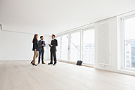Young couple viewing flat with estate agent - RBF002788