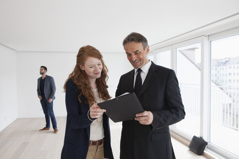 Young couple viewing flat with estate agent - RBF002791