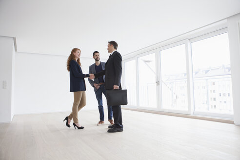 Young couple viewing flat with estate agent - RBF002852