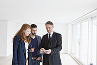 Young couple viewing flat with estate agent - RBF002805