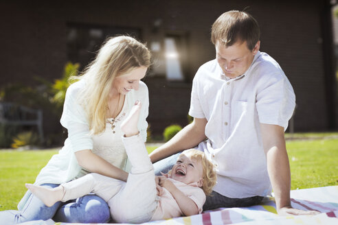 Parents playing with little son in the garden - GDF000746