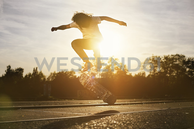 Young man on skateboard in backlight - GCF000117 - Christian Gohdes/Westend61