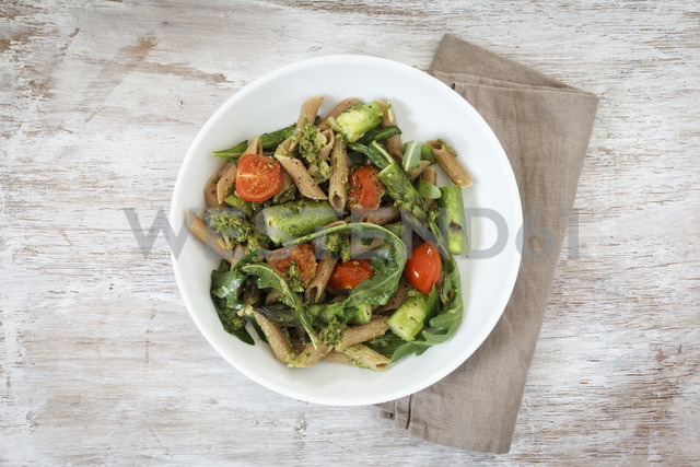 Wholemeal spelt rigatoni with green asparagus, cherry tomato and rocket pesto on plate - EVGF001763 - Eva Gruendemann/Westend61