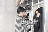 Woman shopping for clothes - ZEF006672