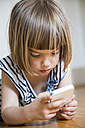 Little girl with smartphone - LVF003531