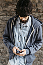 Young man using his smartphone - GIOF000038