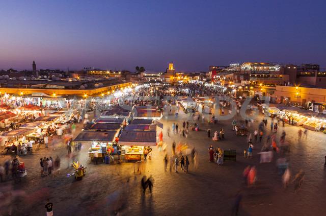Morocco, Marrakesh, view to lighted Jemaa el-Fnaa bazaar - JUNF000323 - JLPfeifer/Westend61