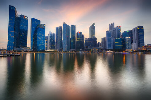 Singapore, Financial district, Marina Bay in the evening - GIOF000013