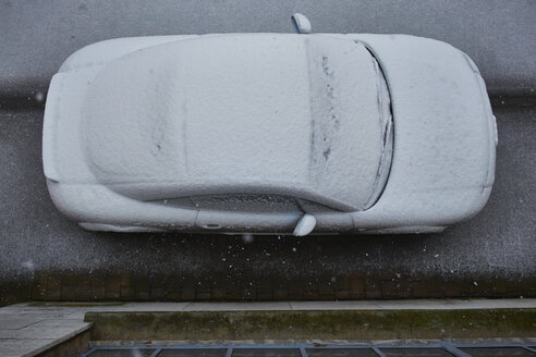 Elevated view of snow-covered car - BSCF000459