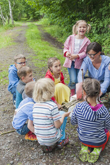 Germany, Children learning how to build a wooden raft - MJF001575