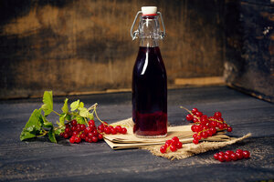 Swing top bottle with red currant juice - MAEF010785