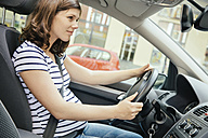 Pregnant woman driving car - MFF001805