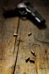 Revolver and cartridges on wood - MID000479