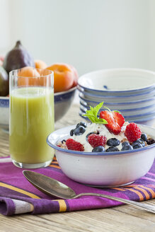 Breakfast, fresh fruit muesli and green smoothie - JUNF000344