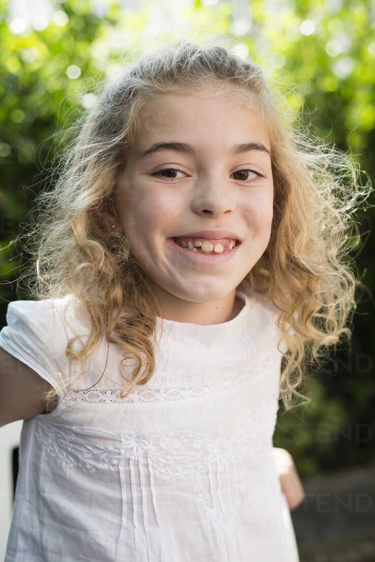 Portrait of smiling little girl - RAEF000230 - Ramon Espelt/Westend61