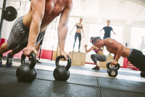 CrossFit athletes exercising in gym - MADF000397