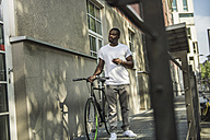 Portrait of young man with bicycle - RIBF000115