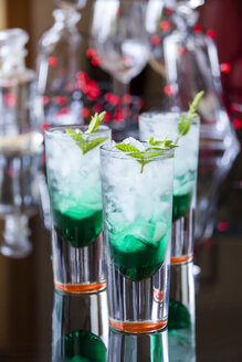 Fresh cocktail with mint liqueur in glasses - JUNF000352