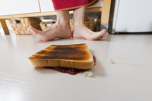 Toast with jam lying backwards on floor - VIF000359