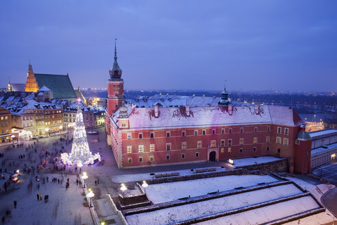 Poland, Warsaw, view to Castle Square with lighted Christmas tree at historic city centre by night - ABOF000025