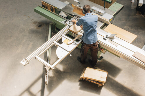 Carpenter working with saw in workshop - JUBF000041