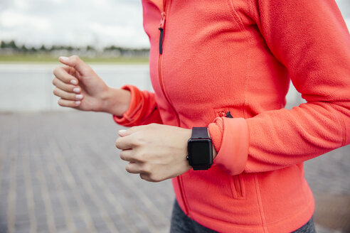 Young woman jogging with smart watch - MFF001860