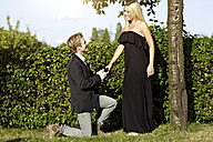 Young man proposing marriage to young woman - GDF000809