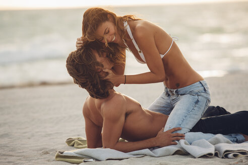 Romantic young couple on beach - CHAF000725