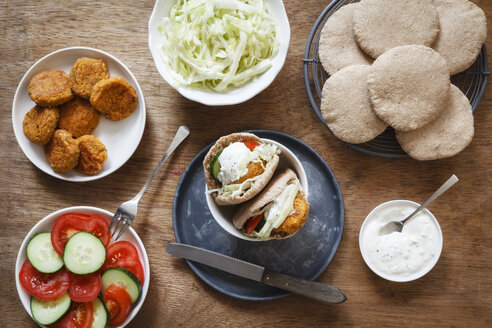 Preparation of falafel with cabbage salad in wholemeal spelt pita bread - EVGF001940