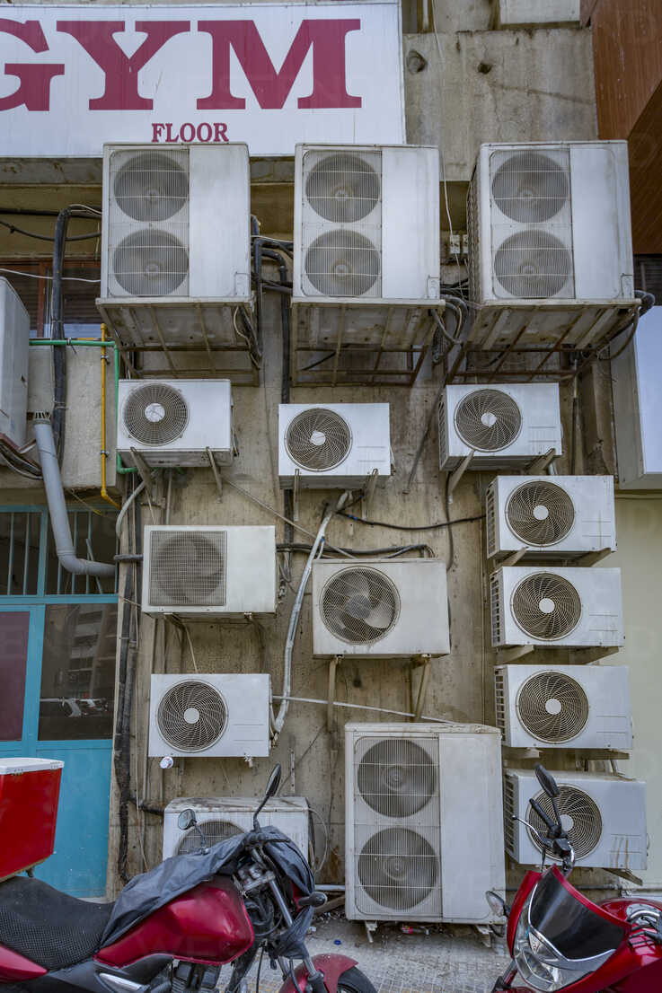 UAE, Dubai, several air conditioning units on a wall in a back road - NKF000309 - Stefan Kunert/Westend61