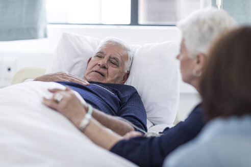 Family visiting senior patient in hospital - ZEF006760