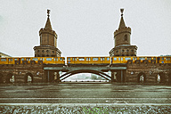 Germany, Berlin, view to Oberbaum Bridge with subway - RJ000461