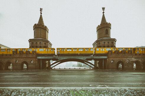 Germany, Berlin, view to Oberbaum Bridge with subway - RJ000461